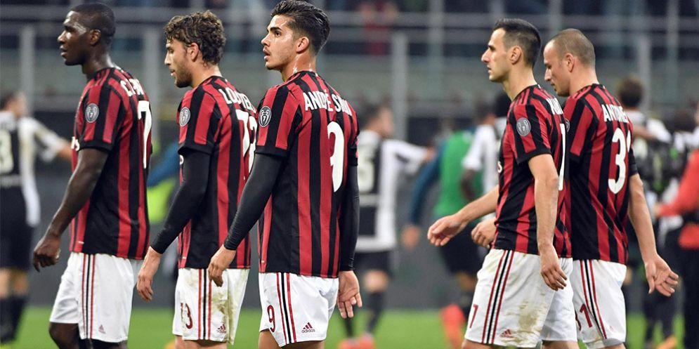 La delusione dei calciatori rossoneri dopo una sconfitta