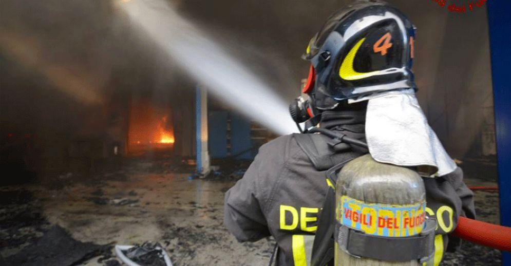 Vigili del fuoco in azione (immagine d'archivio)
