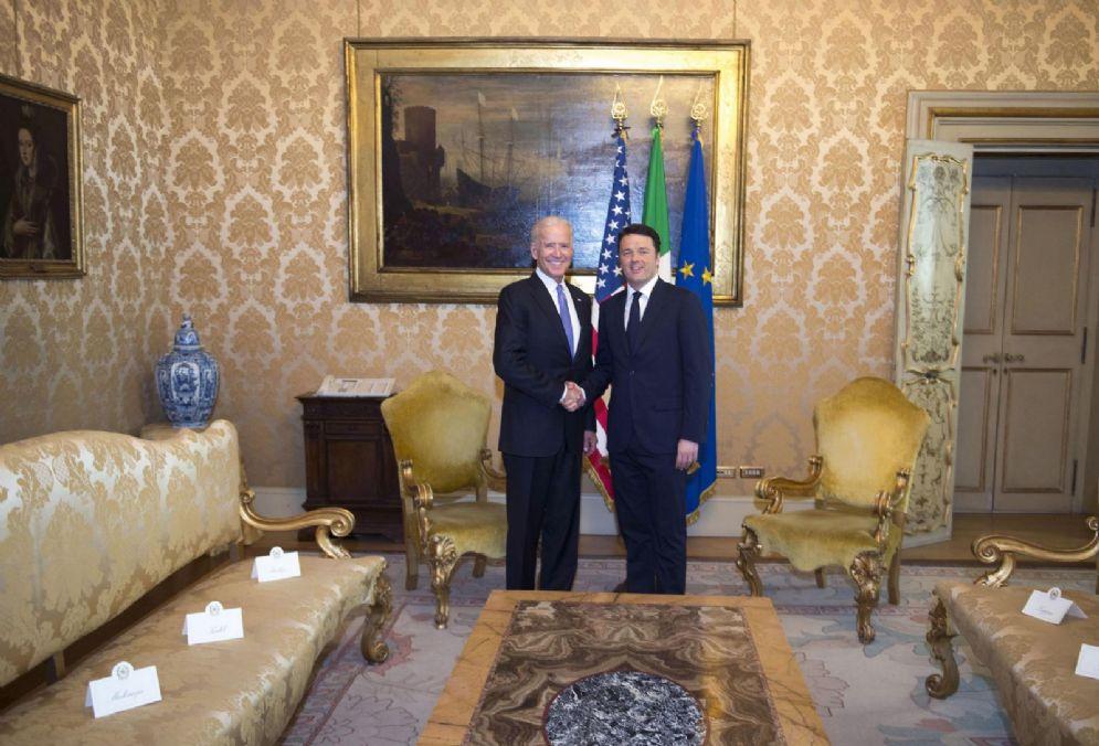 L'allora premier Matteo Renzi riceve il vice presidente degli Stati Uniti Joe Biden a Palazzo Chigi