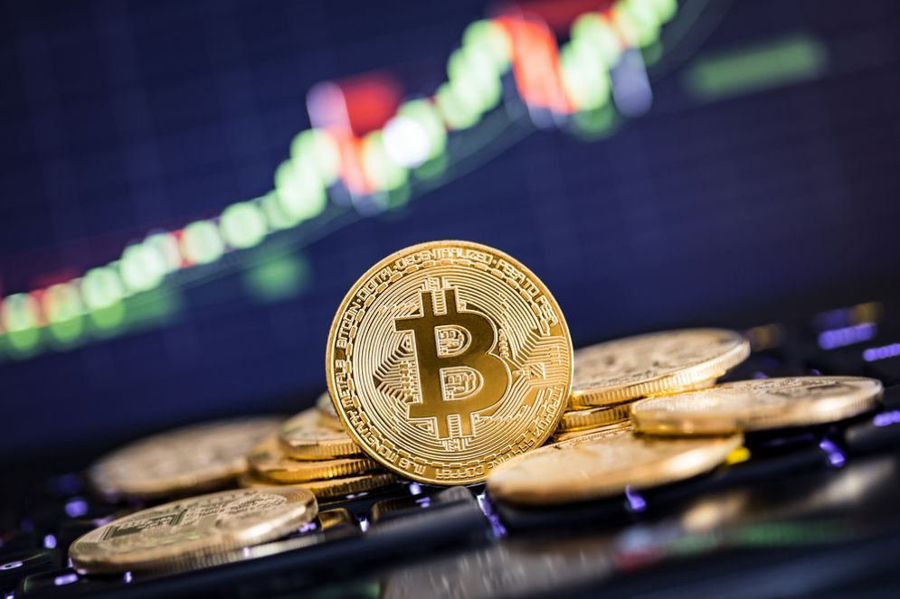 Bitcoin, balza oltre 18.000 dollari al debutto in borsa a Chicago