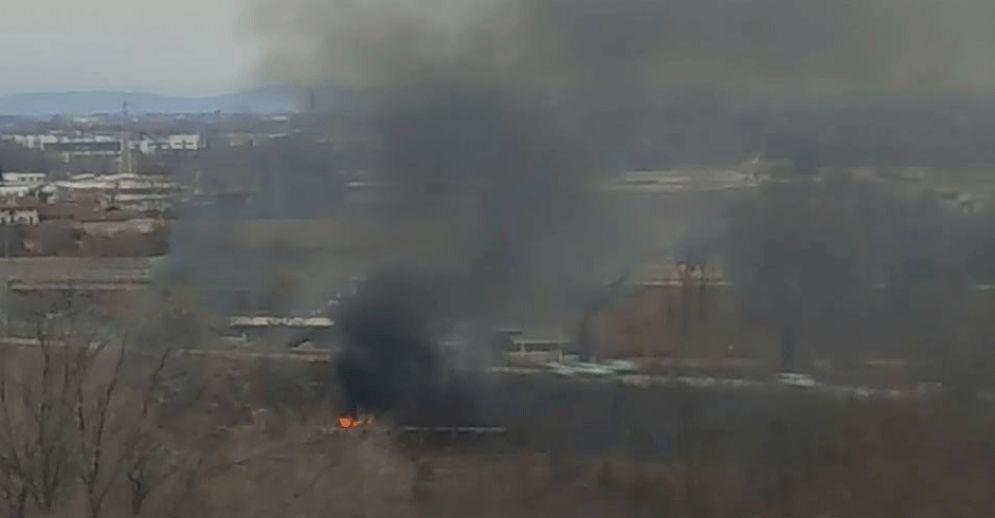 La colonna di fumo si leva dal campo nomadi di Strada Aeroporto