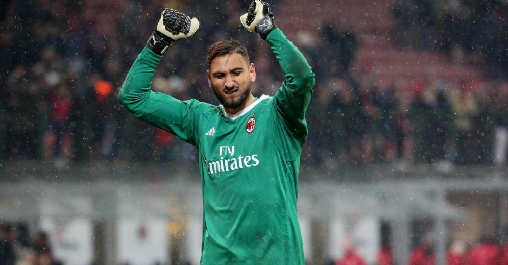 Donnarumma esulta con i tifosi del Milan dopo la vittoria contro il Bologna
