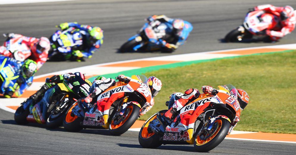 Il gruppo della MotoGP nell'ultima gara del 2017 a Valencia