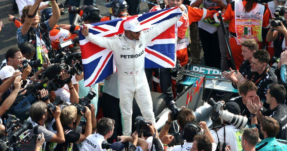 Lewis Hamilton festeggia con la bandiera inglese il quarto Mondiale