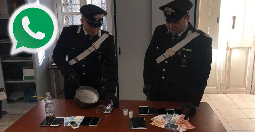 I carabinieri con i telefoni, la droga e i soldi sequestrati