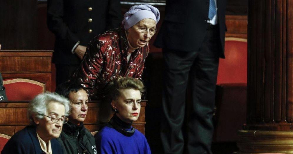 Esultanza e commozione in Senato dopo il voto sul biotestamento. Emma Bonino, in basso a sinistra Mina Welby, Maddalena Soro e Monica Coscioni