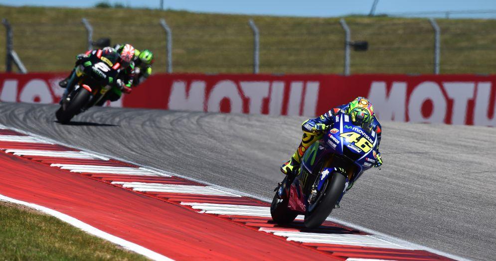 Valentino Rossi davanti a Johann Zarco in pista