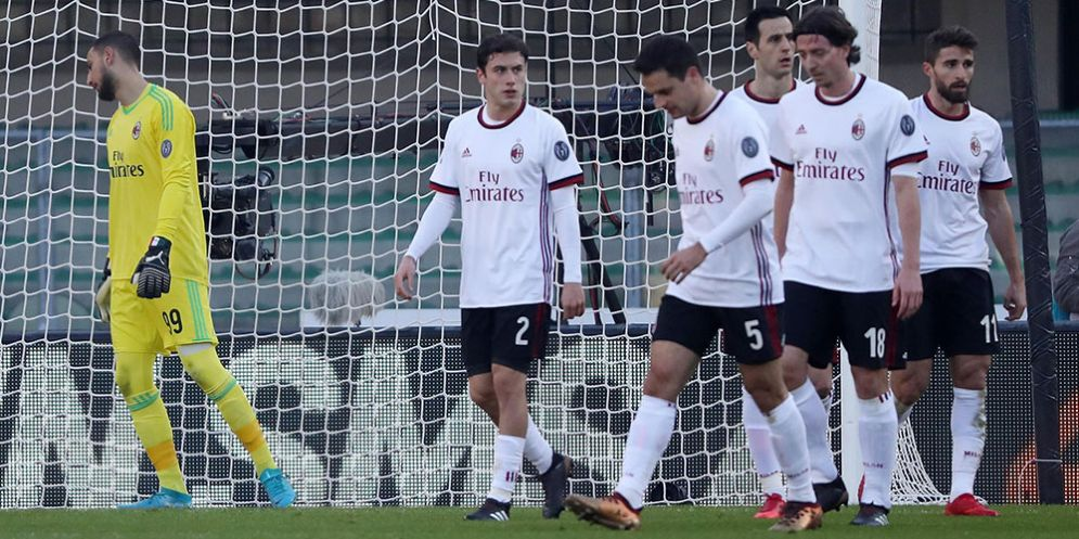 I rossoneri affranti dopo un gol del Verona