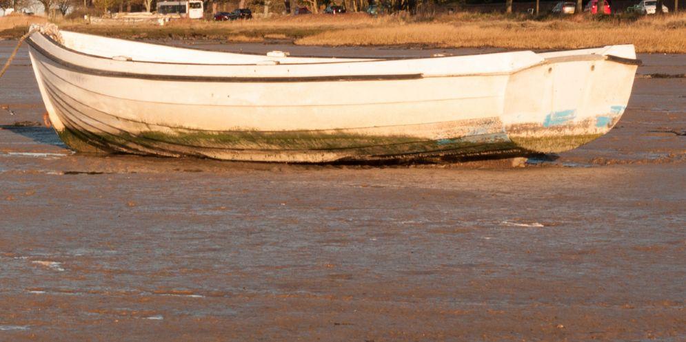 Lo trovano morto sulla sua barca: era uscito per tagliare della legna