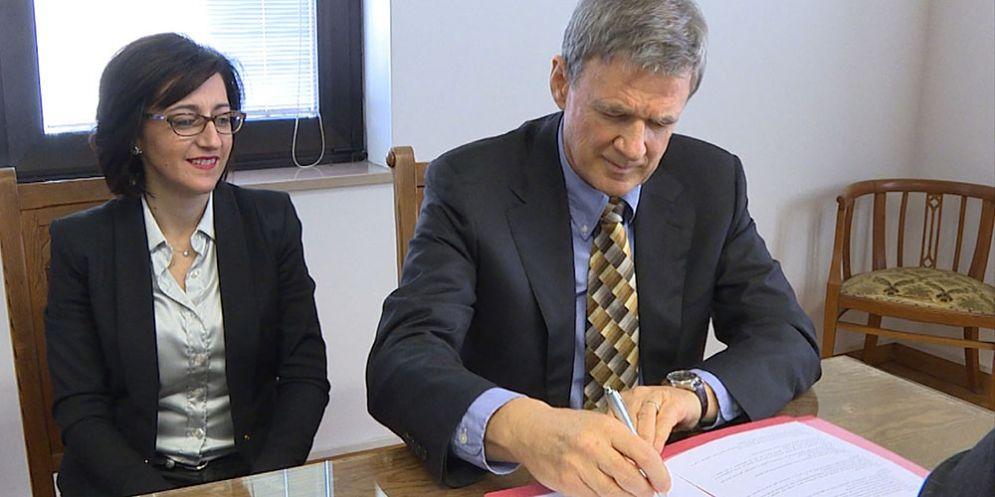 Sara Vito (Assessore regionale Ambiente ed Energia) e Jadran Lenarčič (Direttore JSI) alla firma del protocollo di collaborazione tra Agenzia regionale per la protezione dell'ambiente (ARPA FVG) e Jozef Stefan Institut (JSI) di Lubiana