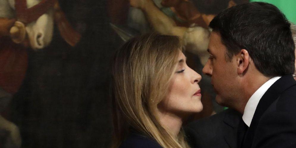 La sottosegretaria Pd alla Presidenza del Consiglio Maria Elena Boschi con il segretario Matteo Renzi