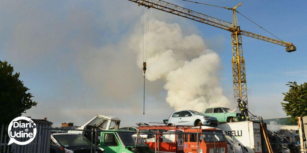 Fiamme nell'autodemolizioni: distrutti sei furgoni e tre automobili
