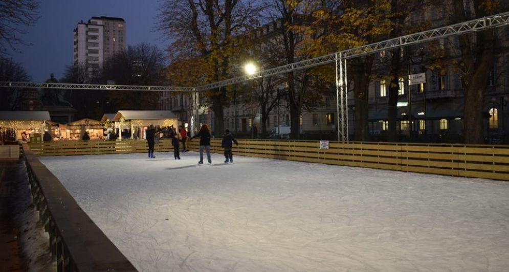 La pista di pattinaggio in piazza Solferino