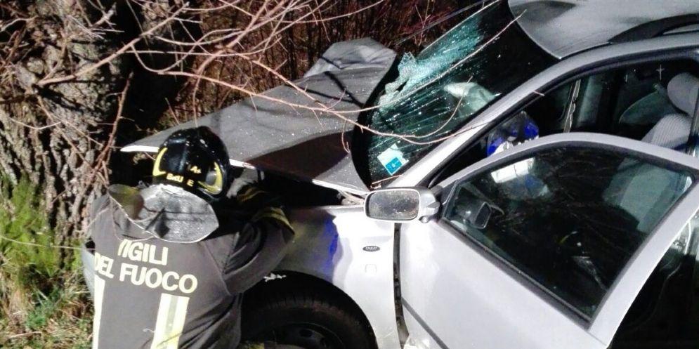 Grave incidente la sera della Vigilia: auto finisce contro un gelso