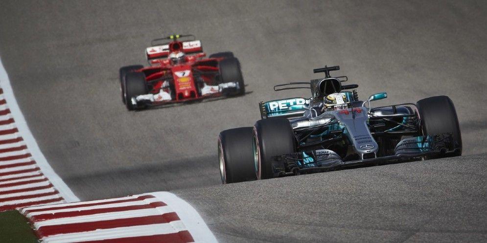 La Mercedes di Lewis Hamilton davanti alla Ferrari di Kimi Raikkonen