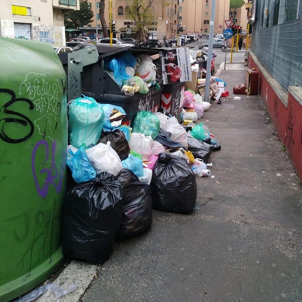 La spazzatura di Natale invade le strade di Roma