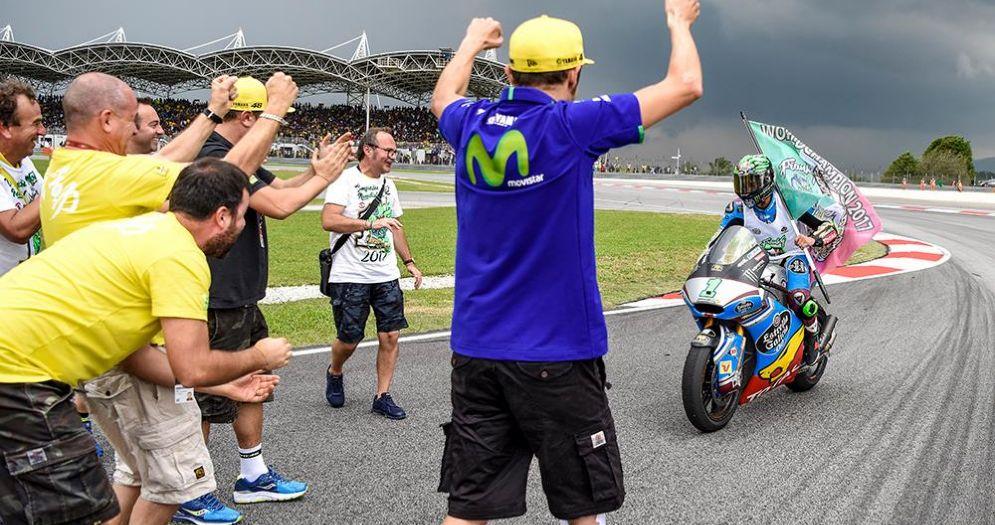 Valentino Rossi festeggia il titolo mondiale di Franco Morbidelli