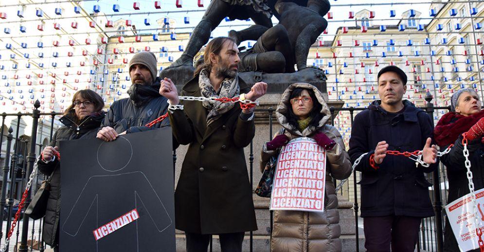 Lavoratori della Fondazione Torino Musei incatenati di fronte al Comune