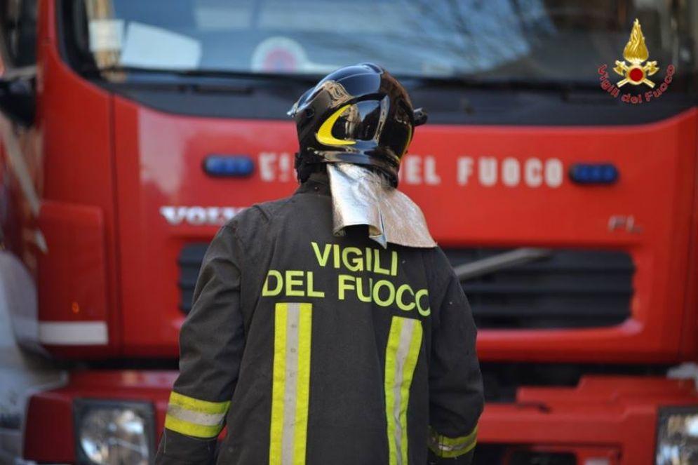 I vigili del fuoco hanno tratto in salvo la donna, nulla da fare per il marito