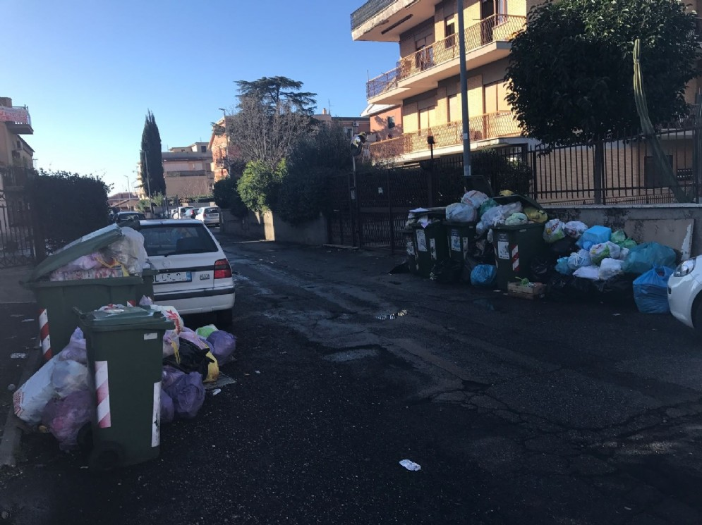 Spazzatura non raccolta in via Fabrizio Chiari, Torre Angela