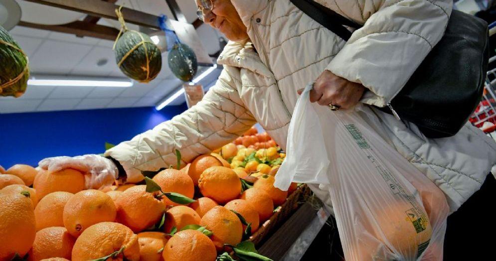 La cliente di un supermercato con il sacchetto biodegradabile per la frutta