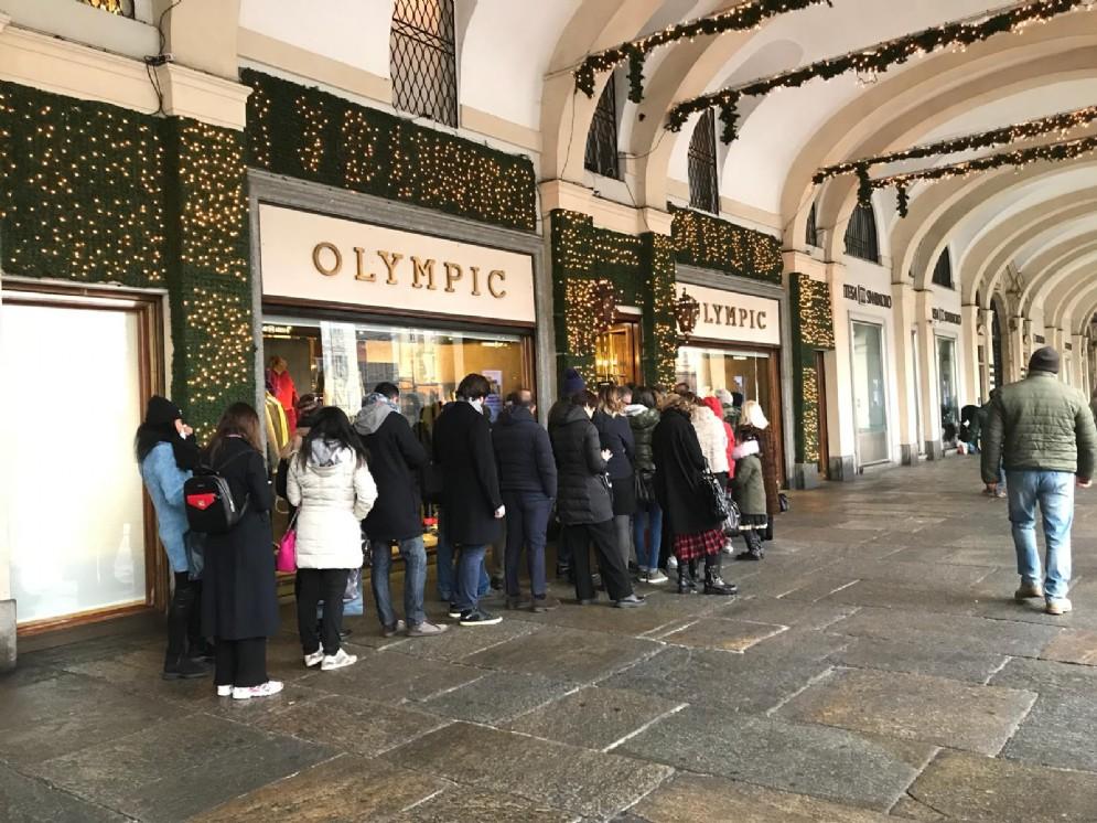 Saldi a Torino, la «piccola» coda davanti a Olympic