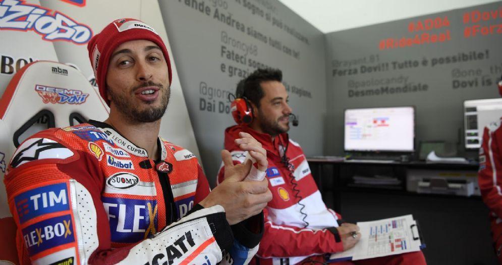Andrea Dovizioso nel suo box della Ducati