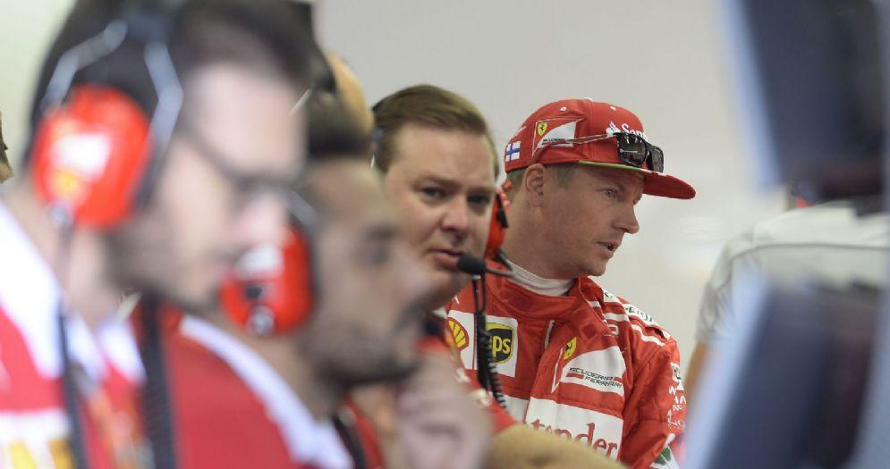 Kimi Raikkonen nel box a fianco del suo ex ingegnere di pista Dave Greenwood