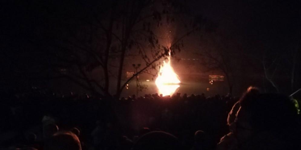 Ariis - Pignarûl: i fuochi epifanici del Friuli bruciano e salutano l'anno nuovo!