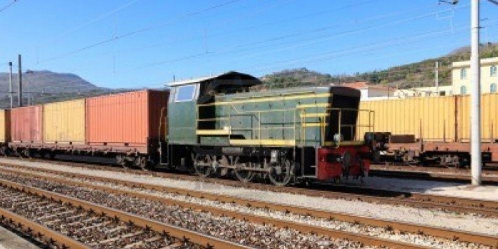 Una persona è stata travolta da un treno: in corso le indagini