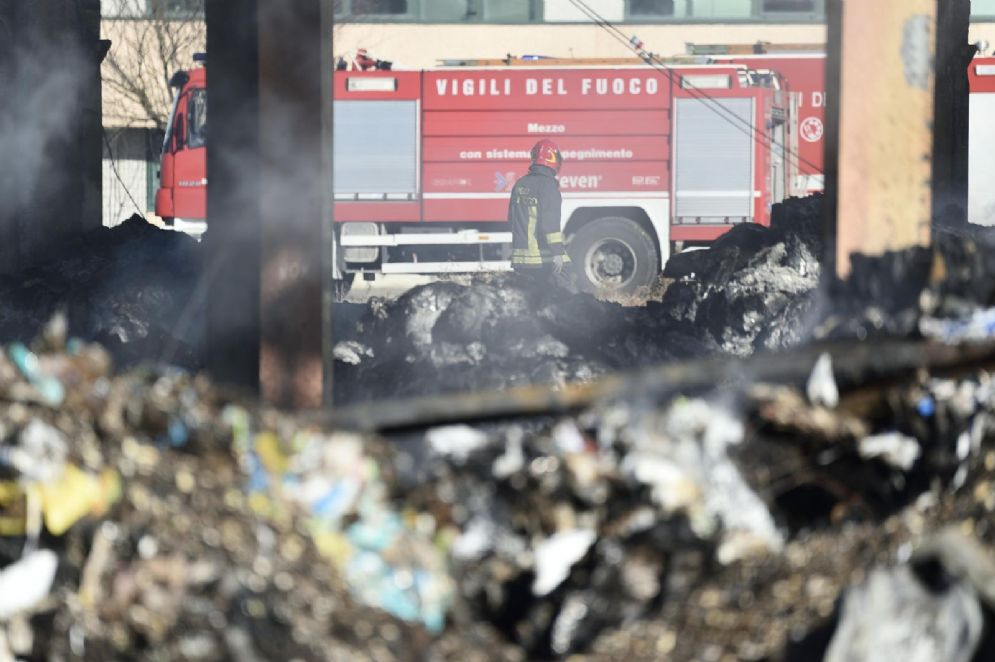 Il sito di stoccaggio rifiuti di Corteolona, Pavia, andato a fuoco