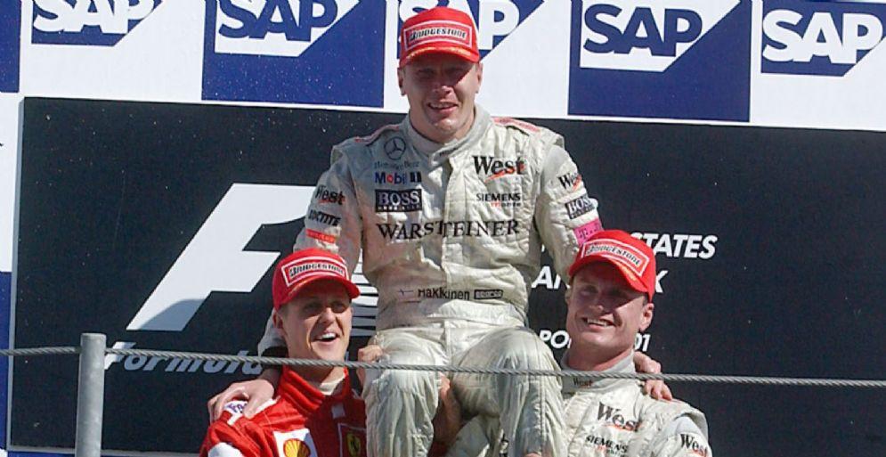 Mika Hakkinen sul podio con Michael Schumacher e David Coulthard