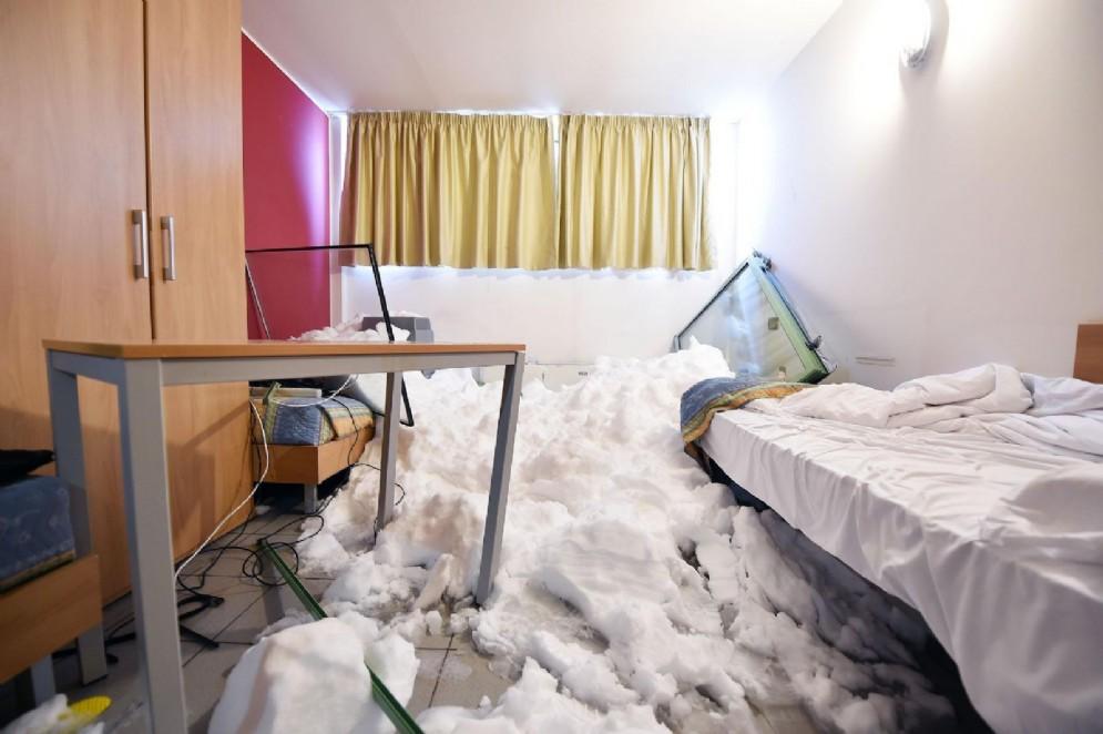 Sestriere, le immagini della slavina che si è abbattuta sul condominio