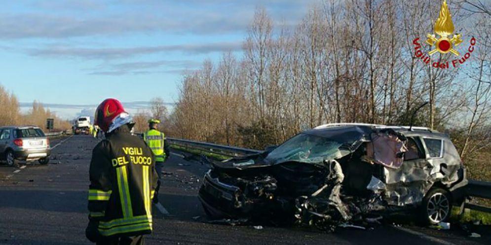 Frontale auto-furgone sulla Cimpello-Sequals: automobilista muore tra le lamiere