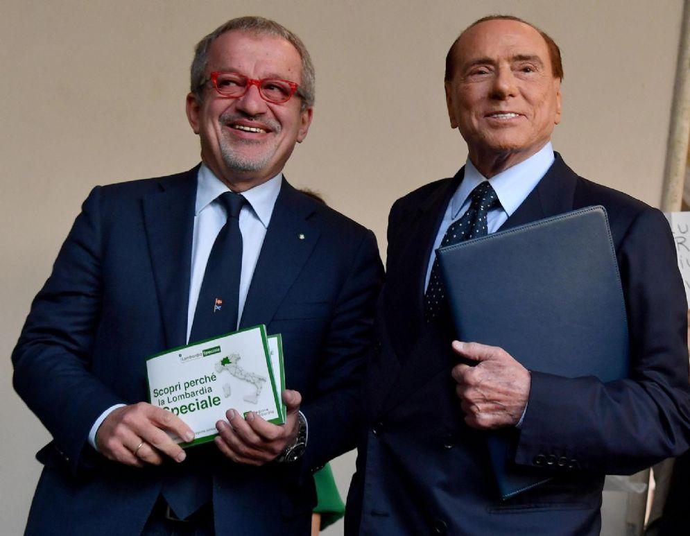 Il presidente della Regione Lombardia, Roberto Maroni, con il leader di Forza Italia Silvio Berlusconi