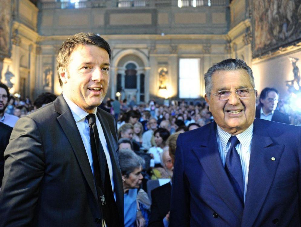 Matteo Renzi con Carlo De Benedetti in una foto del 2013. ANSA/MAURIZIO DEGL' INNOCENTI