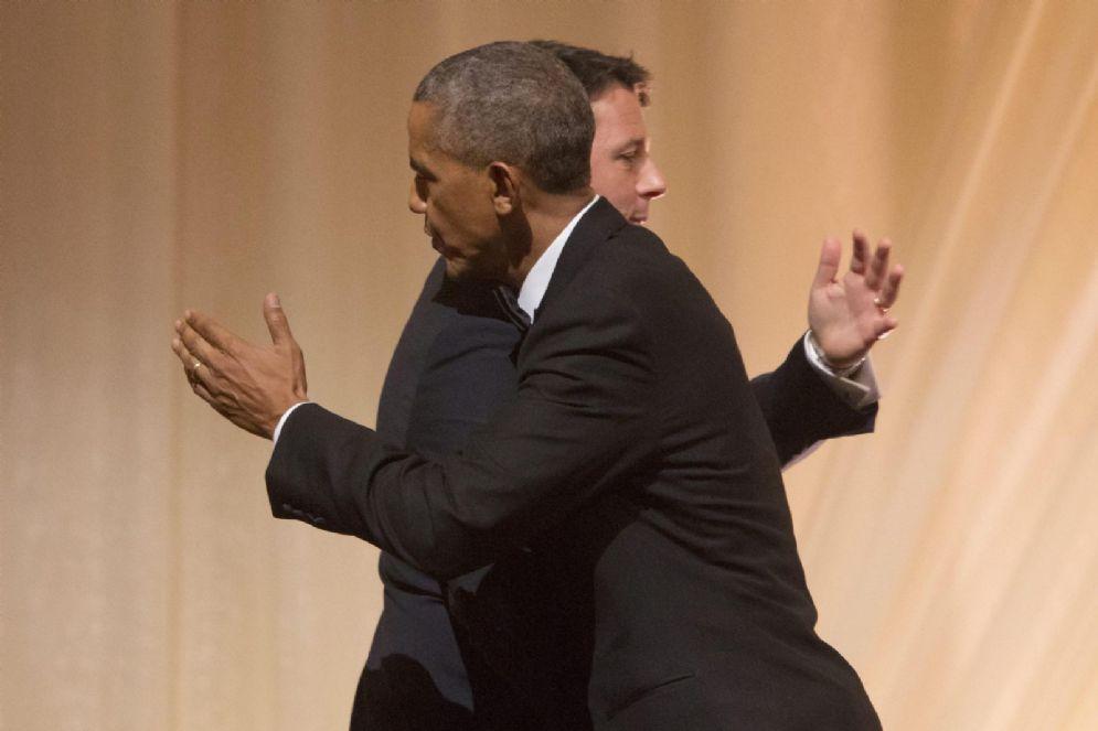 Matteo Renzi e Barack Obama si salutano durante l'ultima cena da presidente Usa nell'ottobre 2016
