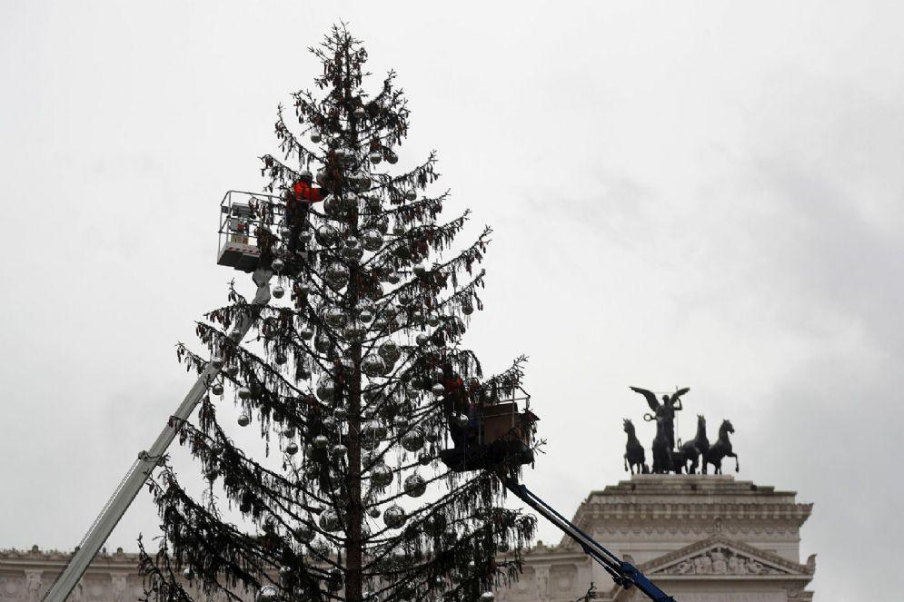 """Operai al lavoro durante il rimontaggio degli addobbi dell'albero di Natale a piazza Venezia detto """"Spelacchio"""", Roma, 9 gennaio 2018. ANSA/RICCARDO ANTIMIANI"""