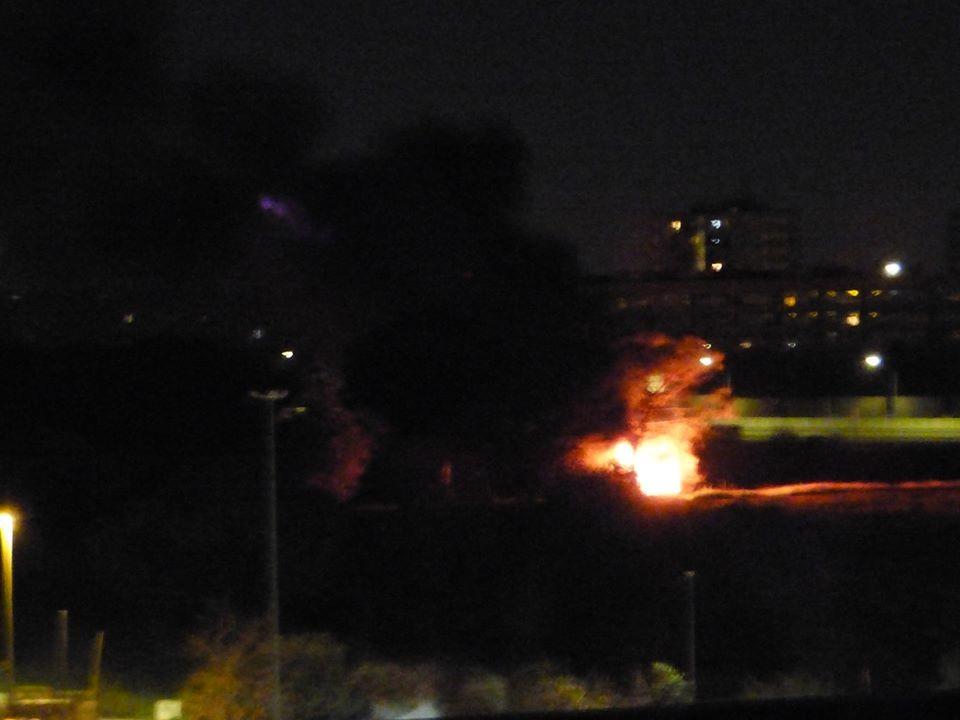 Il rogo che si è sprigionato ieri sera dal campo rom di via Salviati