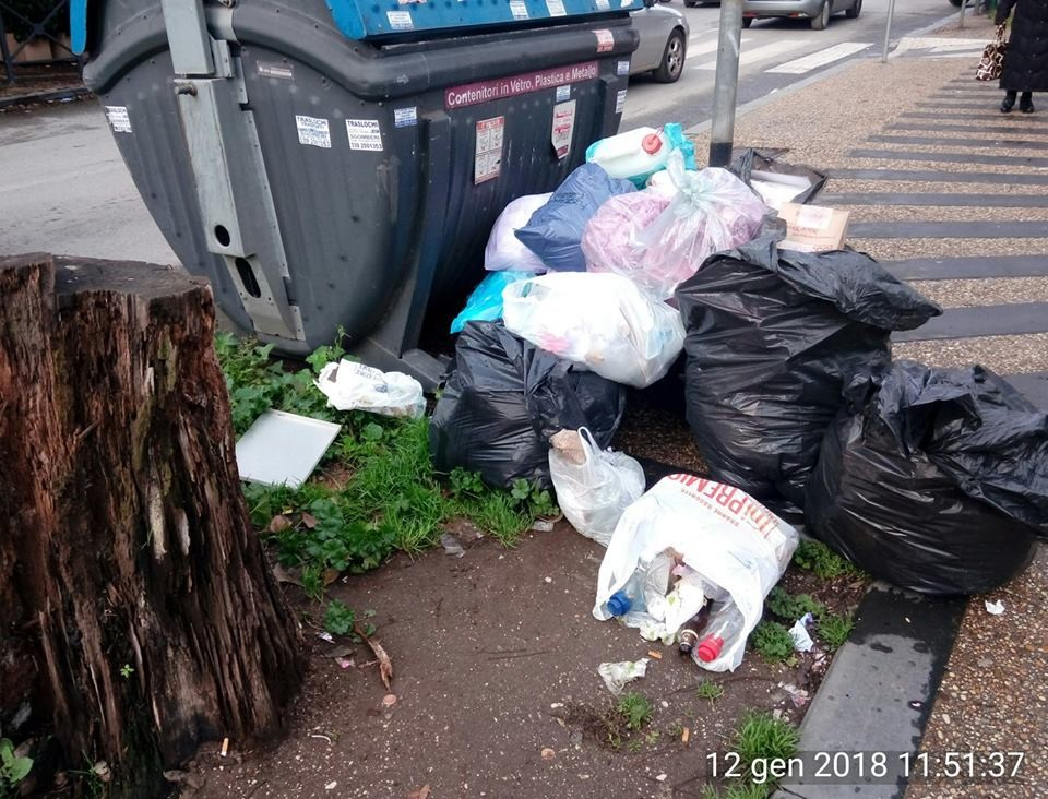 Non solo roghi: anche a Tor Sapienza è emergenza rifiuti