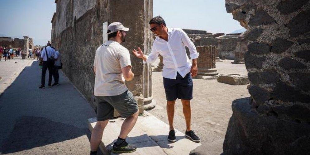 L'ex Premier Matteo Renzi durante una visita a Pompei