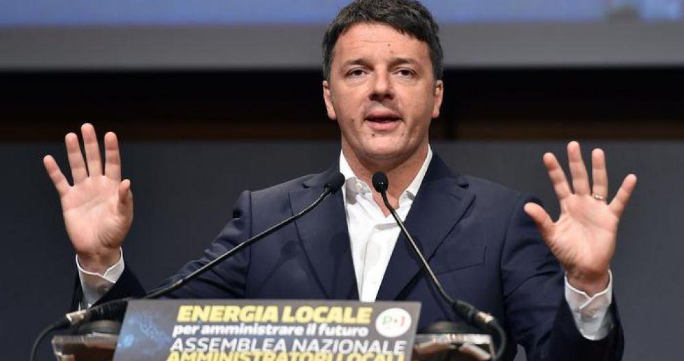 Matteo Renzi, dal palco della manifestazione organizzata a Milano a sostegno della candidatura di Giorgio Gori in Lombardia