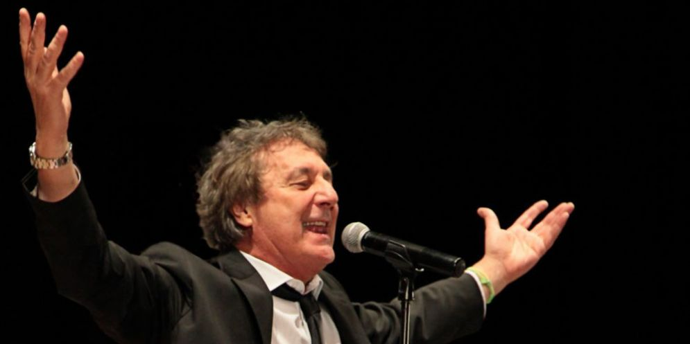 Enzo Iacchetti sul palco del Cinecity con Libera nos Domine
