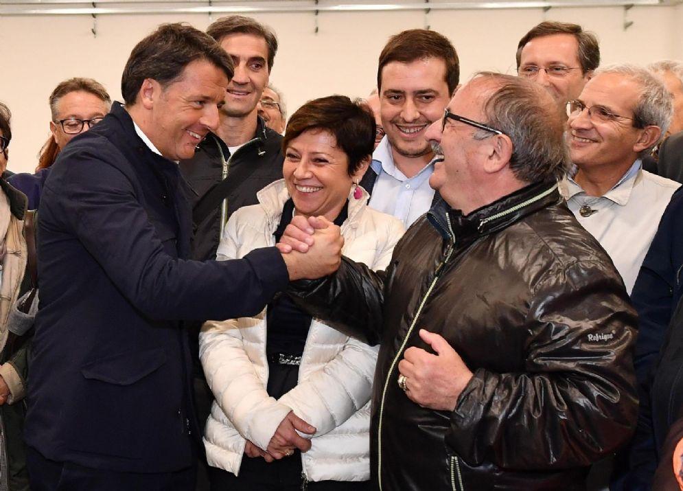 Il segretario del Pd Matteo Renzi con il commissario straordinario alla ricostruzione delle aree colpite dal terremoto, Paola De Micheli, e il sindaco di Arquata del Tronto Aleandro Petrucci