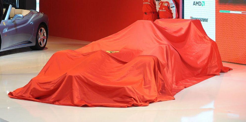 La monoposto Ferrari sotto i veli prima della presentazione
