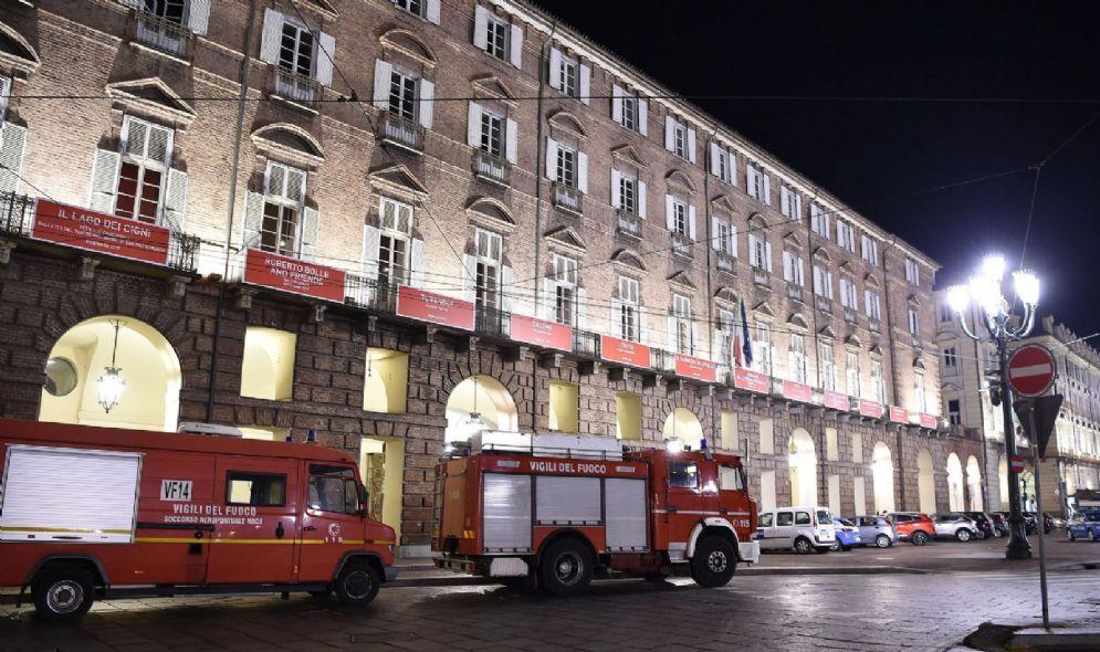 Vigili del fuoco fuori dal Teatro Regio
