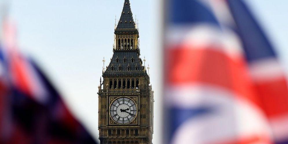 Bandiere inglesi sventolano nel cielo di Londra.