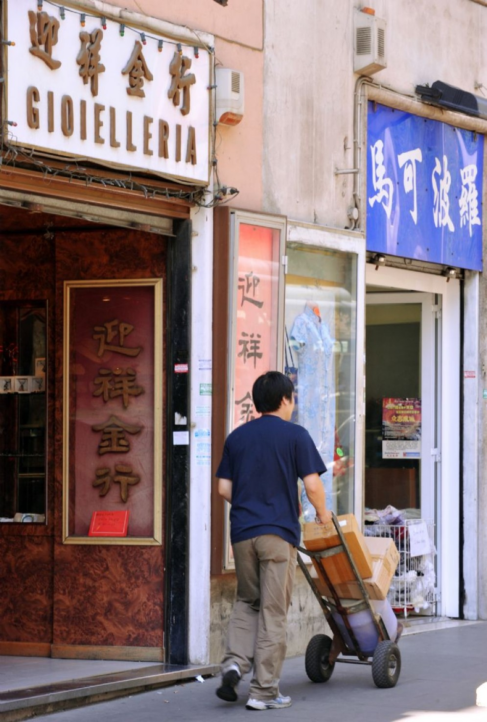 Negozi cinesi nel quartiere esquilino a Roma, zona adiacente piazza Vittorio