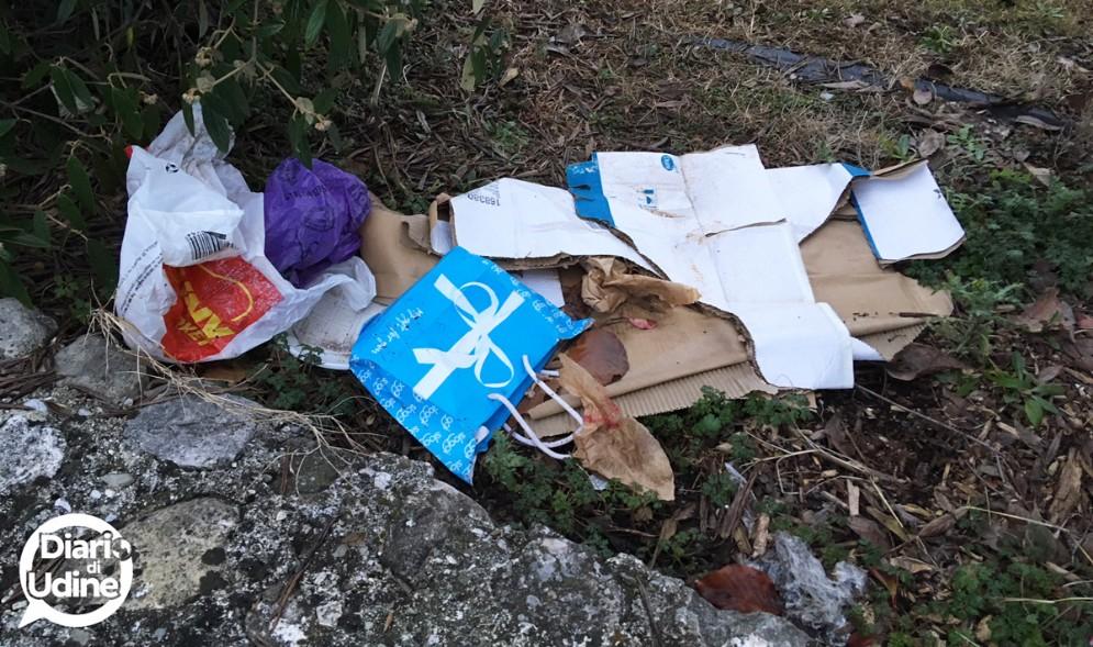 Siringhe e immondizia al parco Moretti