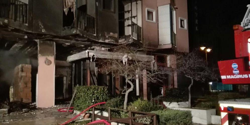 Grado, l'Hotel Plaza di Pineta distrutto dalle fiamme